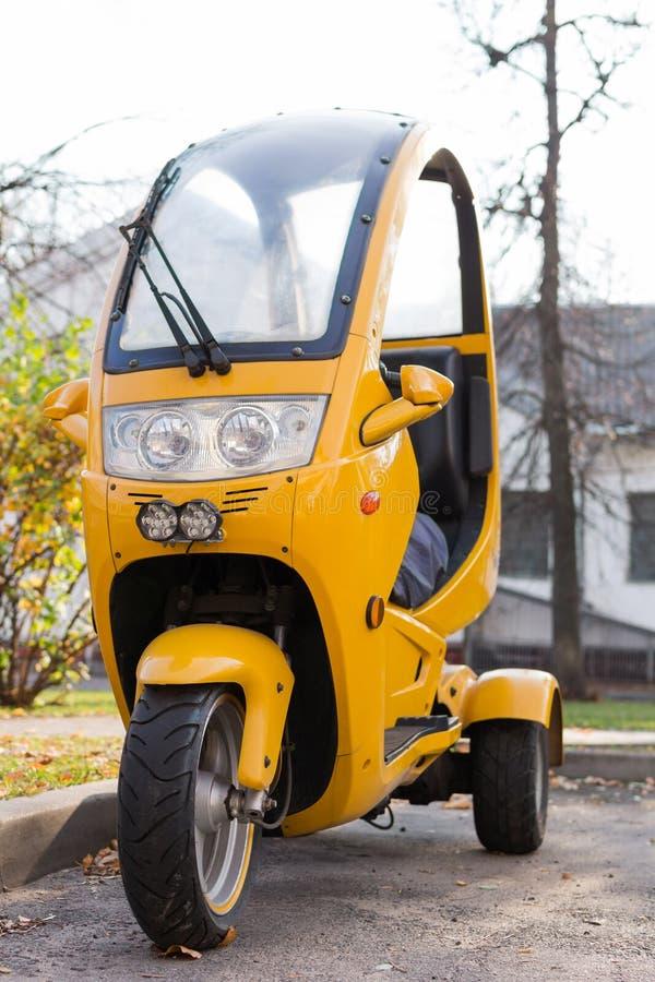 Εμπρόσθια όψη της μοτοσικλέτας θαλάμου τριών κίτρινων τροχών, εμπρόσθιος φανός στοκ φωτογραφίες με δικαίωμα ελεύθερης χρήσης