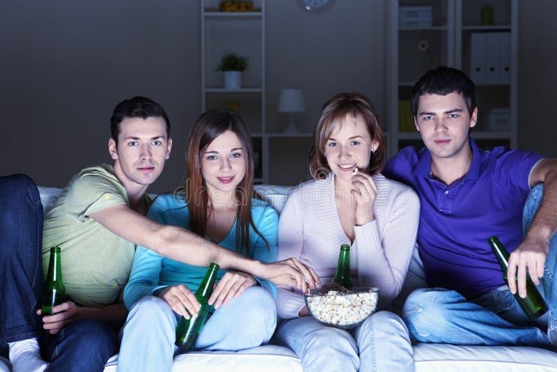 Εμφανίζοντας τους κινηματογράφους στο σπίτι στοκ εικόνες
