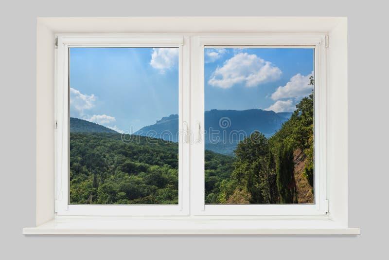 εμφανίστε το παράθυρο Δασικό τοπίο βουνών κάτω από το βράδυ SK στοκ φωτογραφίες