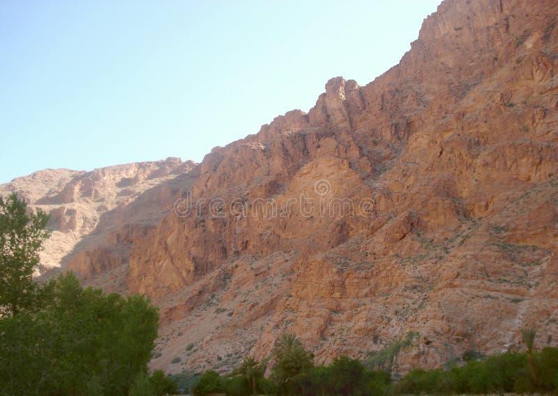 Εμφανιμένος απότομοι βράχοι επάνω από και στο μέτωπο στοκ φωτογραφία