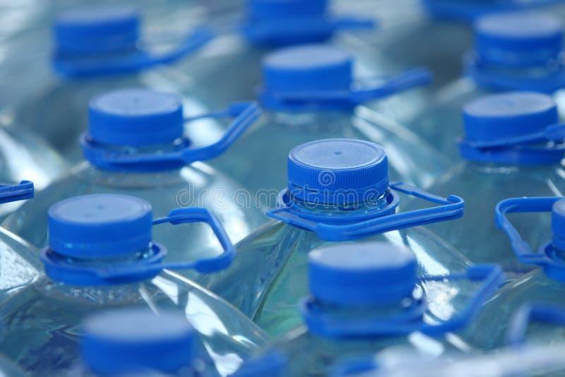 εμφιαλωμένο ύδωρ στοιβών στοκ φωτογραφία