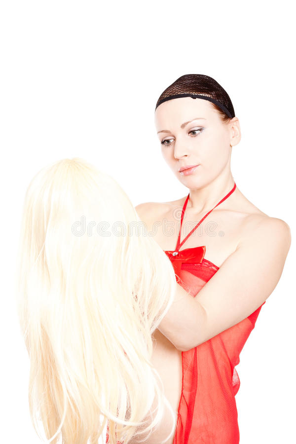 ενάντια στην ξανθή χαριτωμένη προσπαθώντας λευκιά γυναίκα περουκών στοκ φωτογραφίες