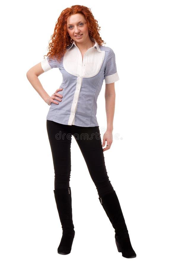 ενάντια στη μαλλιαρή κόκκινη μόνιμη λευκή γυναίκα ανασκόπησης στοκ φωτογραφία με δικαίωμα ελεύθερης χρήσης