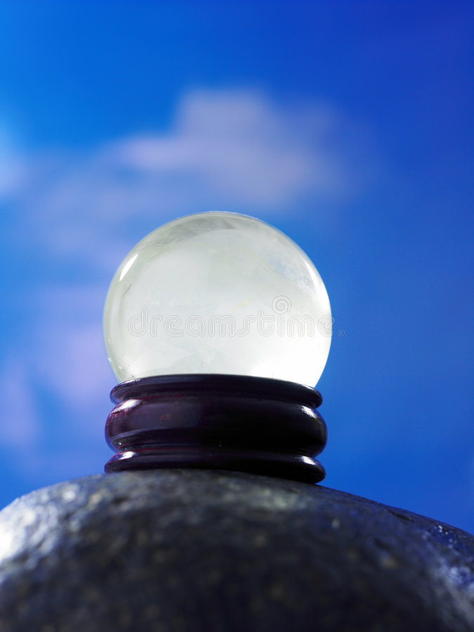 ενάντια στον μπλε ουρανό βράχου κρυστάλλου σφαιρών στοκ φωτογραφία με δικαίωμα ελεύθερης χρήσης