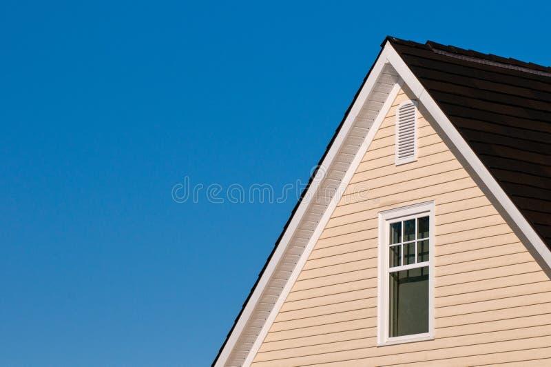 ενάντια στον μπλε ουρανό σπιτιών στοκ φωτογραφίες