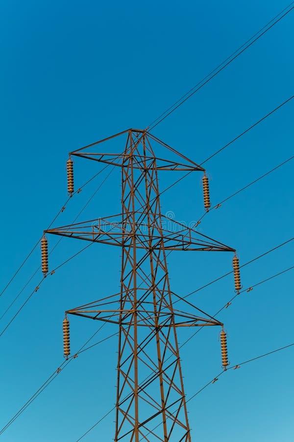 ενάντια στον μπλε pylon ουρανό ηλεκτρικής ενέργειας στοκ εικόνα με δικαίωμα ελεύθερης χρήσης