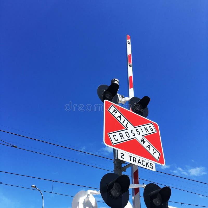 ενάντια στο μπλε που έρχεται διασχίζοντας ουρανό οδικών τον καθορισμένο σημαδιών σιδηροδρόμων μηχανικών στο τραίνο κυκλοφορίας πρ στοκ φωτογραφίες