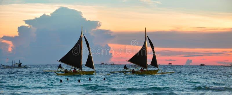 ενάντια στο όμορφο sailboats ηλι&omicron στοκ εικόνα