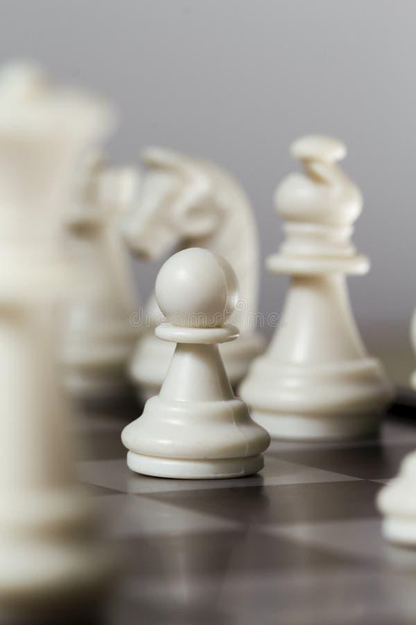 Ενέχυρο αριθμού σκακιού στον πίνακα Το άσπρο σκάκι λογαριάζει τον ιππότη, επίσκοπος, ενέχυρο στοκ φωτογραφίες