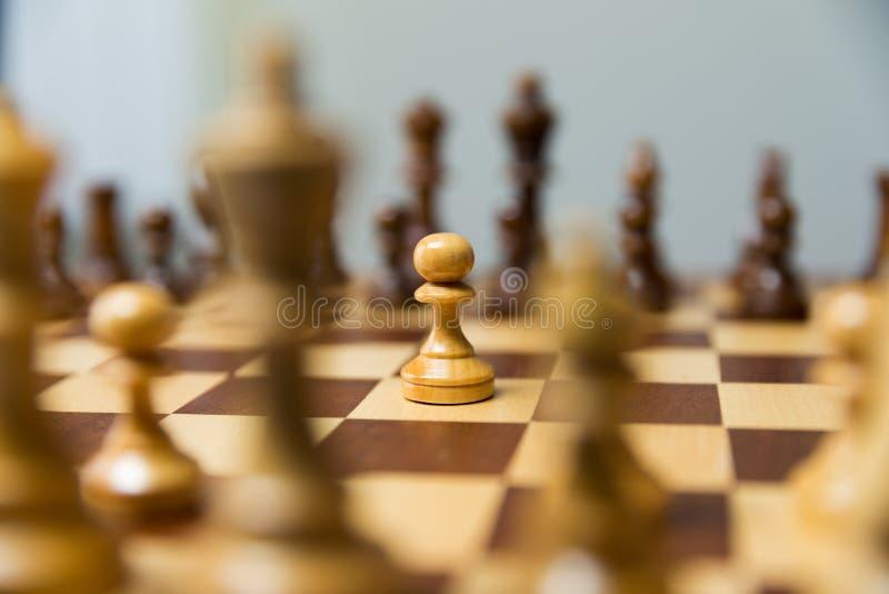 Ενέχυρο που στέκεται στη μέση του πίνακα σκακιού Θάρρος και leadersh στοκ φωτογραφίες με δικαίωμα ελεύθερης χρήσης