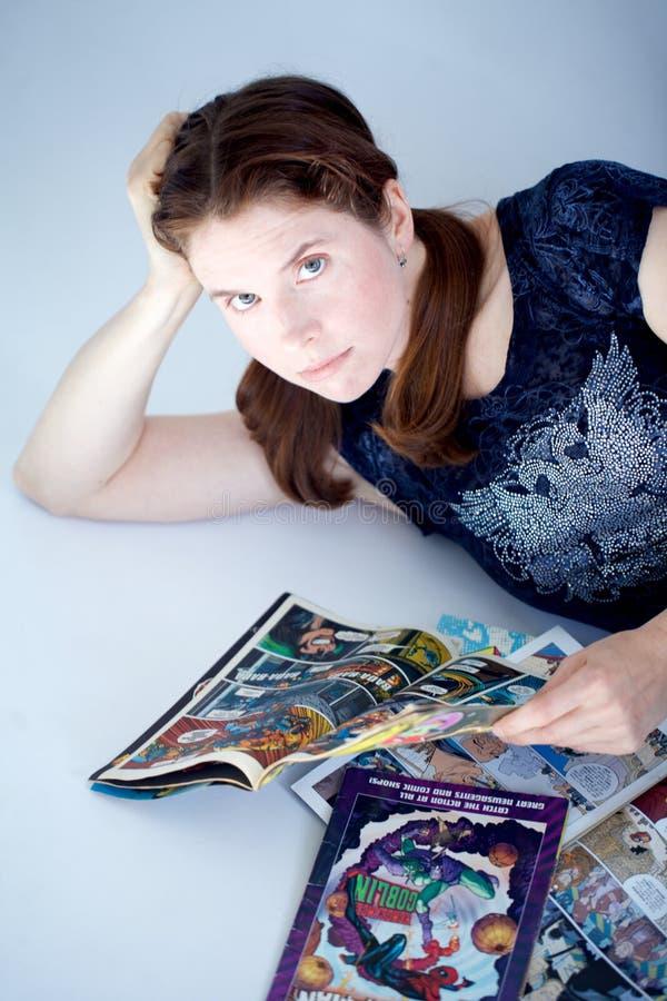 Ενήλικα βιβλία comics ανάγνωσης γυναικών στοκ εικόνες με δικαίωμα ελεύθερης χρήσης