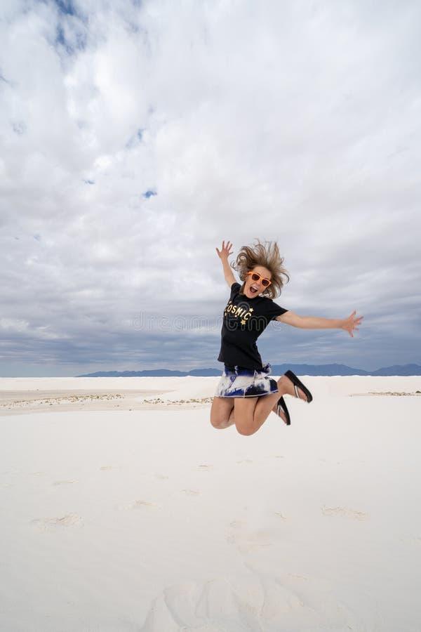 Ενήλικα θηλυκά άλματα στους αμμόλοφους άμμου του άσπρου εθνικού μνημείου άμμων στοκ εικόνες με δικαίωμα ελεύθερης χρήσης