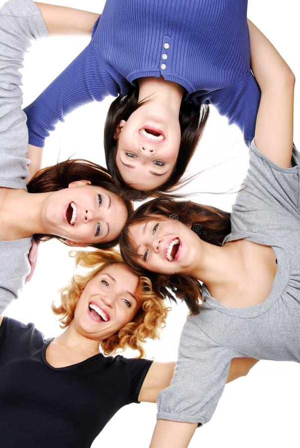 ενήλικα τέσσερα κορίτσια ομαδοποιούν τις ευτυχείς νεολαίες στοκ εικόνες