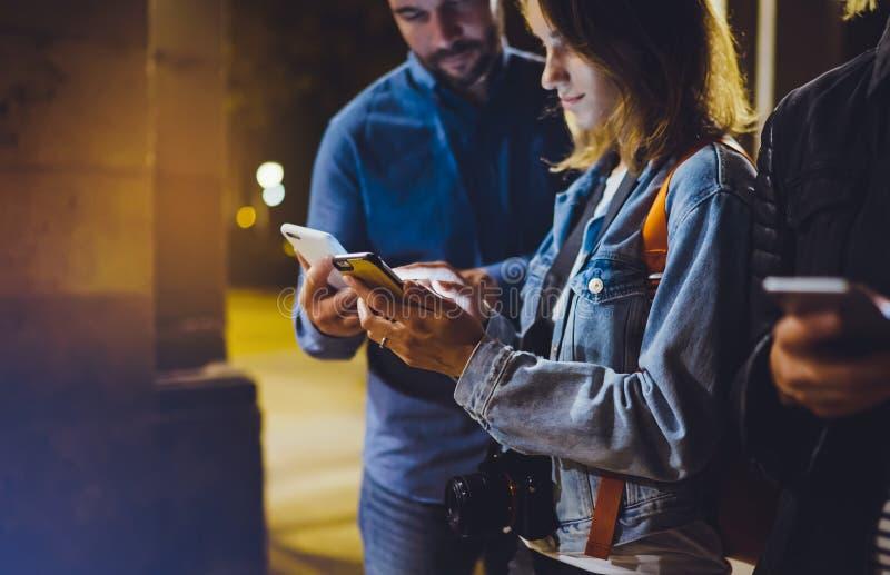 Ενήλικα hipsters ομάδας χρησιμοποιώντας στα χέρια την κινητή τηλεφωνική κινηματογράφηση σε πρώτο πλάνο, σε απευθείας σύνδεση έννο στοκ φωτογραφίες με δικαίωμα ελεύθερης χρήσης