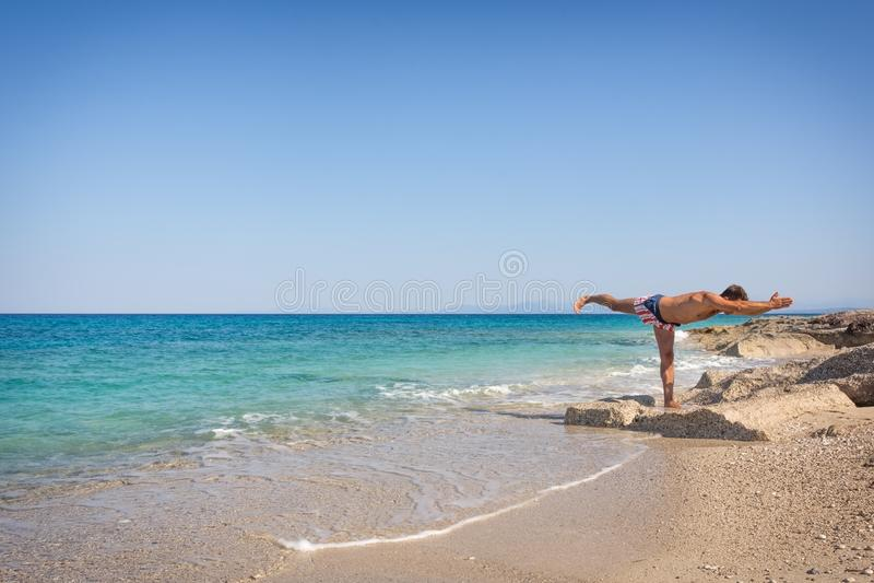 Ενήλικη γιόγκα άσκησης ατόμων στην παραλία στην Ελλάδα στοκ εικόνα