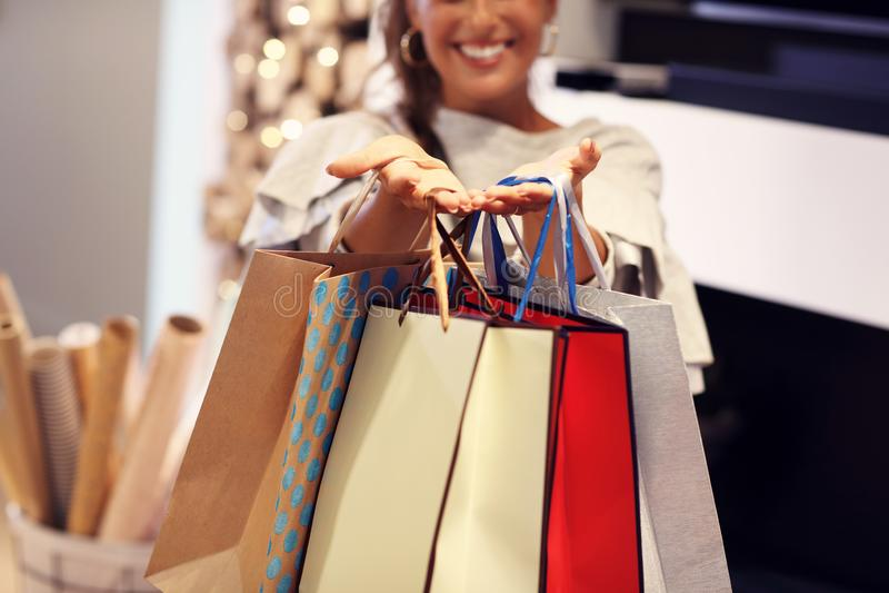 Ενήλικη γυναίκα που τυλίγει στο σπίτι τα χριστουγεννιάτικα δώρα στοκ εικόνες