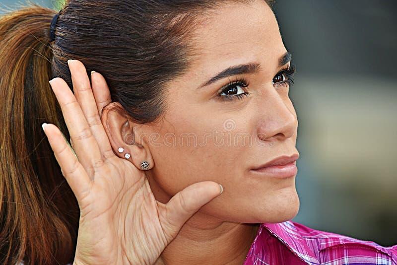 Ενήλικη θηλυκή ακρόαση που φορά το ρόδινο πουκάμισο στοκ εικόνα με δικαίωμα ελεύθερης χρήσης