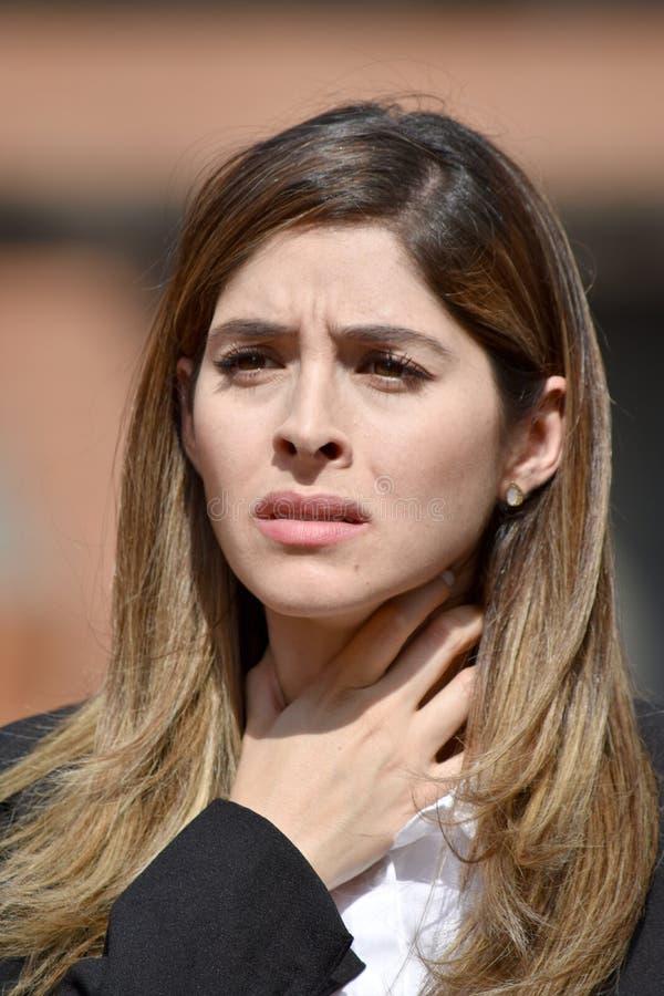 Ενήλικη κολομβιανή επιχειρησιακή γυναίκα με τον επώδυνο λαιμό που φορά το κοστούμι στοκ εικόνες