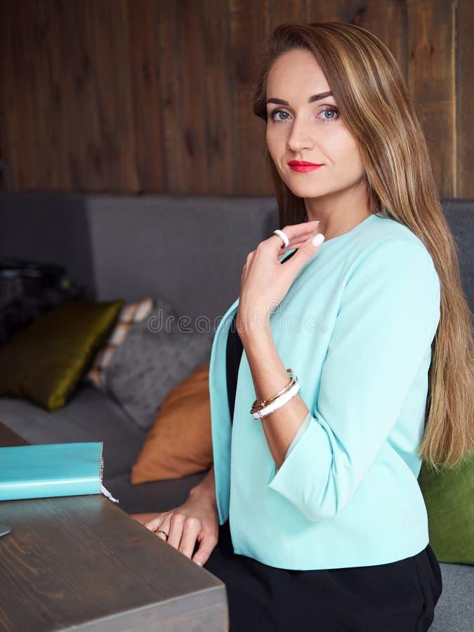 Ενήλικη όμορφη λατρευτή ξανθή γυναίκα μεντών καθιερώνον τη μόδα makeup φορεμάτων σακακιών στο μαύρο και τη μοντέρνη εξάρτηση που  στοκ φωτογραφία