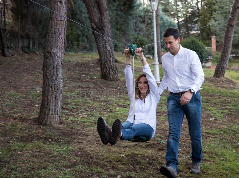 Ενήλικοι που παίζουν στη γραμμή φερμουάρ στο σπίτι στοκ φωτογραφίες με δικαίωμα ελεύθερης χρήσης