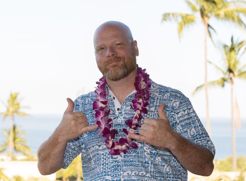 Ενήλικο άτομο στις της Χαβάης διακοπές που φορά ένα φρέσκο lei ορχιδεών στοκ εικόνα