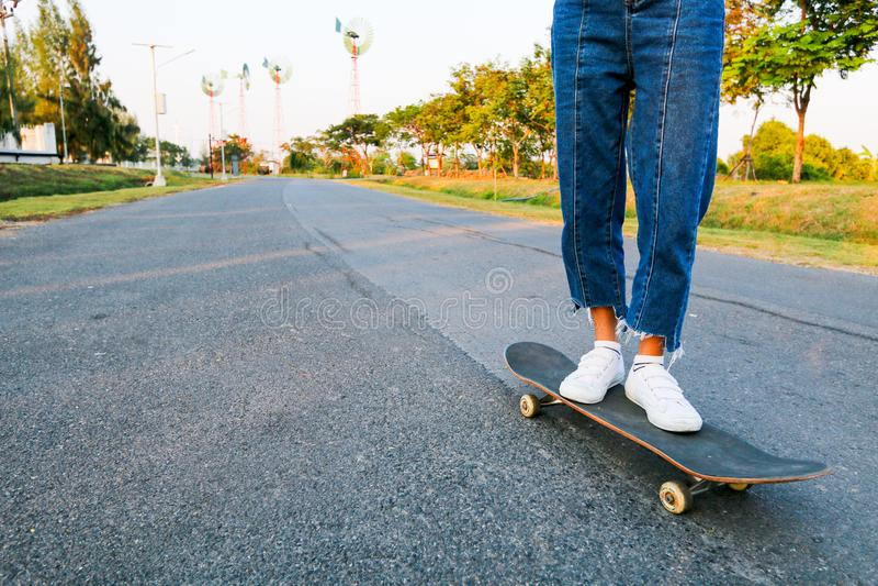 Ενήλικο skateboard παιχνιδιών γυναικών στην οδό στοκ φωτογραφία