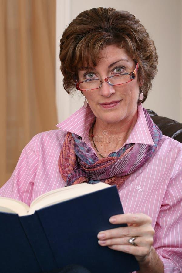 Ενήλικη ανάγνωση γυναικών στοκ εικόνα