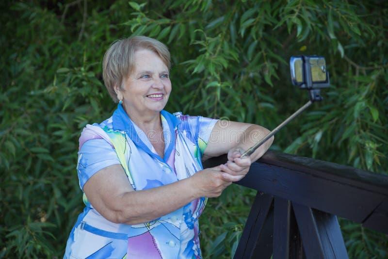 Ενήλικη γυναίκα με το monopod στοκ φωτογραφία με δικαίωμα ελεύθερης χρήσης