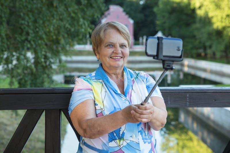 Ενήλικη γυναίκα με το monopod στοκ φωτογραφία