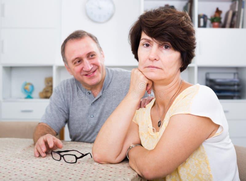 Ενήλικη γυναίκα που δοκιμάζει τα οικογενειακά προβλήματα στοκ φωτογραφίες