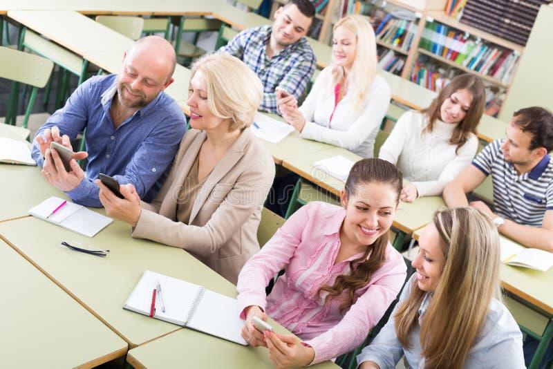 Ενήλικοι σπουδαστές στην τάξη στοκ εικόνες με δικαίωμα ελεύθερης χρήσης