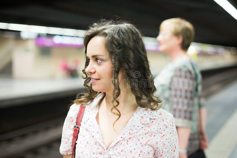 Ενήλικος θηλυκός επιβάτης που οδηγά υπόγεια στοκ φωτογραφίες με δικαίωμα ελεύθερης χρήσης