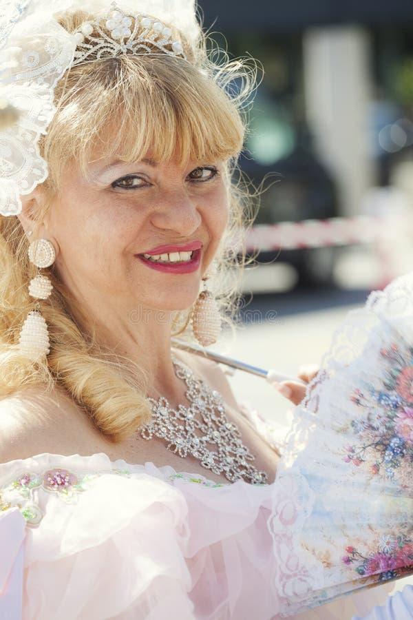 Ενήλικος που χαμογελά την ξανθή γυναίκα στο ενετικό κοστούμι στοκ εικόνα με δικαίωμα ελεύθερης χρήσης