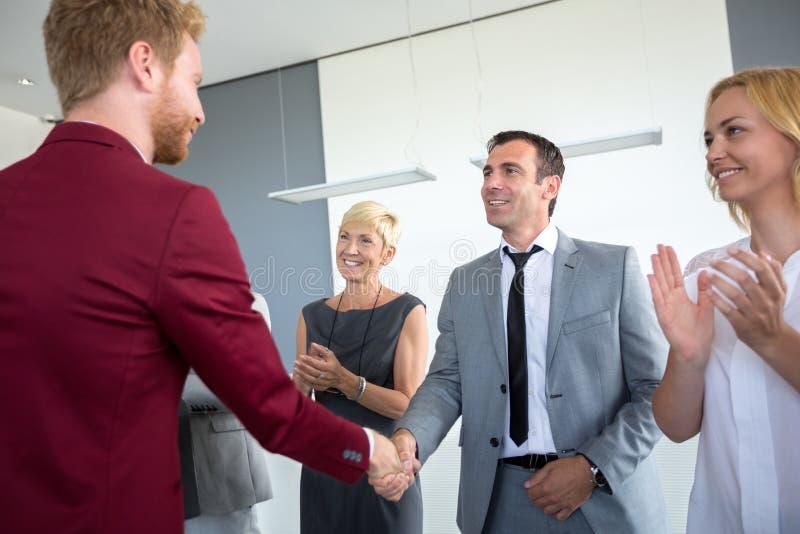 ενήλικος πρεσβύτερος επιχειρησιακών επιχειρηματιών συμφωνίας στοκ εικόνες