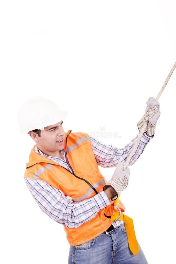 Ενήλικο άτομο που φορά τον εξοπλισμό ασφάλειας που κατεβαίνει ένα σχοινί στοκ εικόνες με δικαίωμα ελεύθερης χρήσης