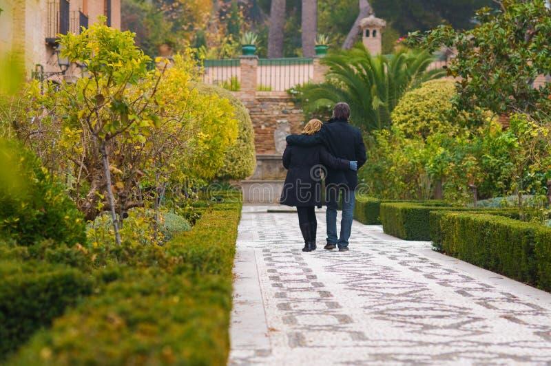 Ενήλικο ερωτευμένο περπάτημα ζευγών στοκ εικόνες