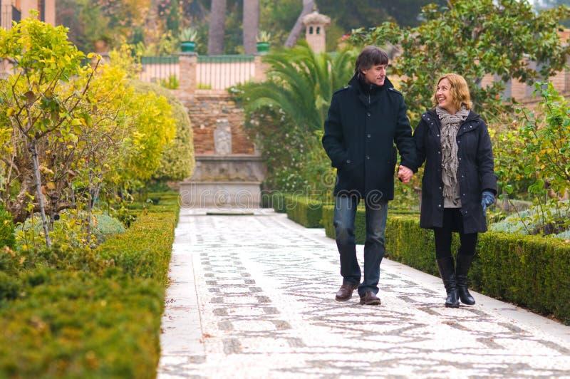 Ενήλικο ερωτευμένο περπάτημα ζευγών στοκ εικόνα