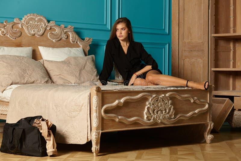 Ενήλικο ελκυστικό κορίτσι στο δωμάτιο ξενοδοχείου στοκ φωτογραφίες
