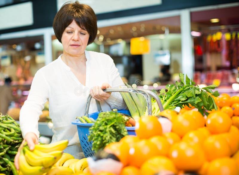 Ενήλικο θηλυκό που παίρνει τα φρούτα και λαχανικά στοκ εικόνα με δικαίωμα ελεύθερης χρήσης