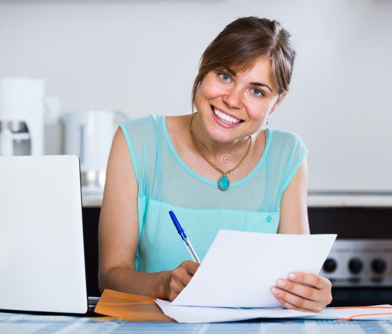 Ενήλικο κορίτσι που υποβάλλει αίτηση για το τραπεζικό δάνειο στο σπίτι στοκ φωτογραφία με δικαίωμα ελεύθερης χρήσης
