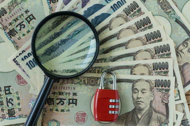 Ενίσχυση - γυαλί και κόκκινο μαξιλάρι κλειδαριών συνδυασμού στο σωρό των japanes στοκ εικόνες