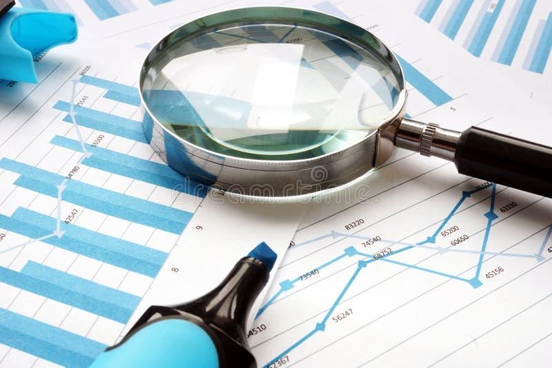 Ενίσχυση - γυαλί και οικονομικά έγγραφα Λογιστικός έλεγχος και λογιστική στοκ εικόνα με δικαίωμα ελεύθερης χρήσης