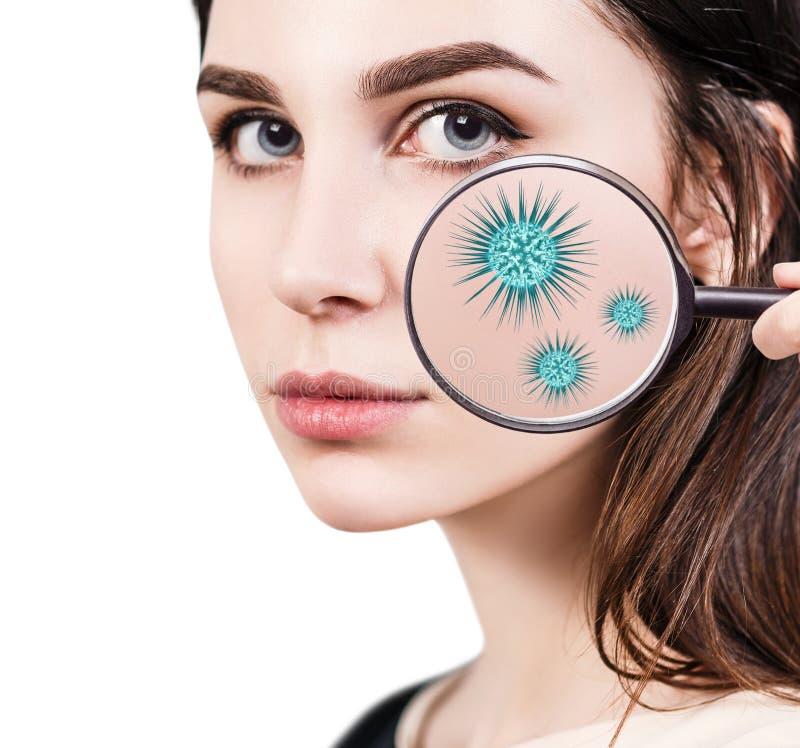 Ενίσχυση - γυαλί με τα μικρόβια στο θηλυκό πρόσωπο στοκ εικόνα