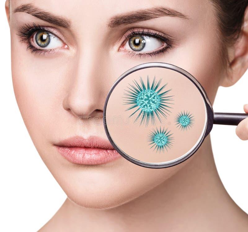 Ενίσχυση - γυαλί με τα μικρόβια στο θηλυκό πρόσωπο στοκ φωτογραφία με δικαίωμα ελεύθερης χρήσης