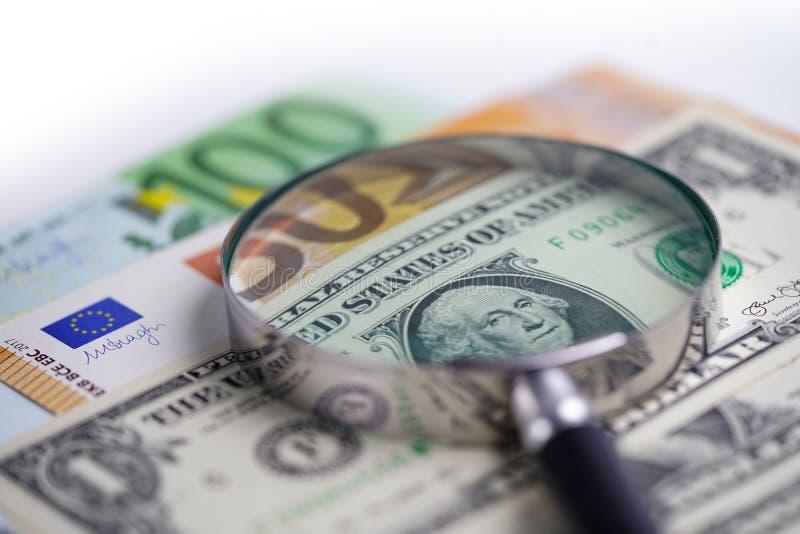 Ενίσχυση - γυαλί στα τραπεζογραμμάτια ευρώ και αμερικανικών δολαρίων Οικονομική ανάπτυξη, απολογισμός κατάθεσης, στατιστικές, ανα στοκ φωτογραφία με δικαίωμα ελεύθερης χρήσης
