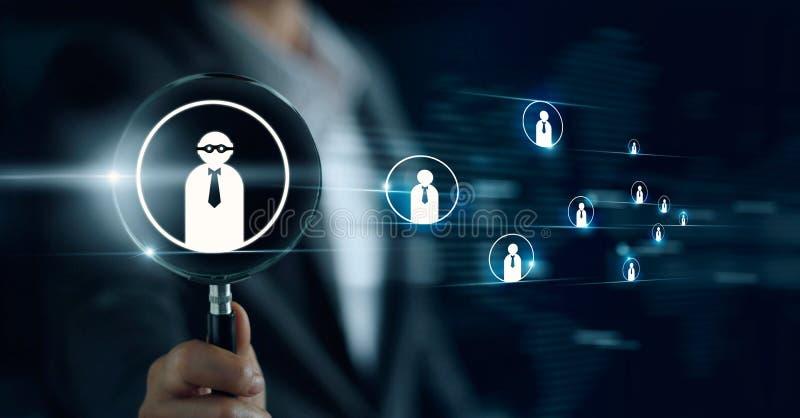 Ενίσχυση εκμετάλλευσης επιχειρηματιών - γυαλί, που ψάχνει για τους υπαλλήλους στοκ εικόνες
