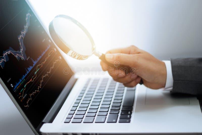 Ενίσχυση εκμετάλλευσης επιχειρηματιών - γυαλί υπό εξέταση στοκ φωτογραφίες με δικαίωμα ελεύθερης χρήσης