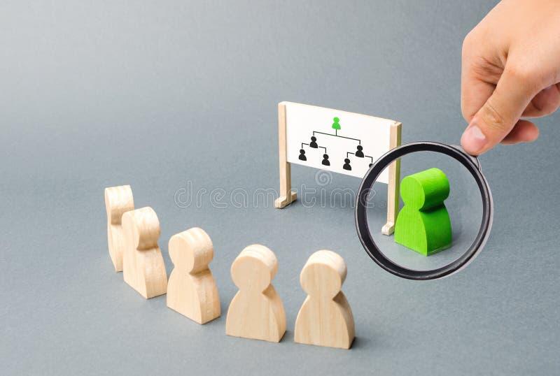 Ενίσχυση - το γυαλί εξετάζει τον ηγέτη και η παρουσίασή του, υπάλληλοι στέκεται σε μια σειρά στην ενημέρωση ιεραρχία στοκ εικόνες