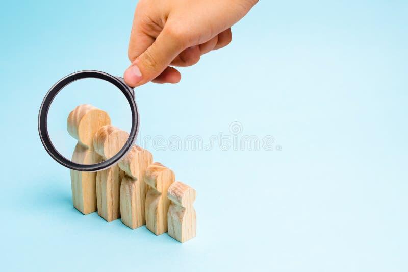 Ενίσχυση - το γυαλί εξετάζει τους ξύλινους αριθμούς των ανθρώπων από μικρή σε μεγάλη στάση semicircle Παιδιά και πρόγονοι στοκ φωτογραφία με δικαίωμα ελεύθερης χρήσης