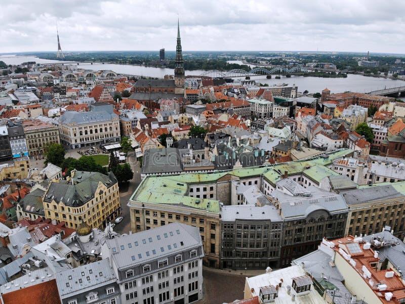 Εναέρια άποψη άνωθεν σχετικά με τη μεγάλη βαλτική πόλη Ρήγα Η πρωτεύουσα της Λετονίας Μια από την ομορφότερη και autentic πόλη στ στοκ φωτογραφία με δικαίωμα ελεύθερης χρήσης